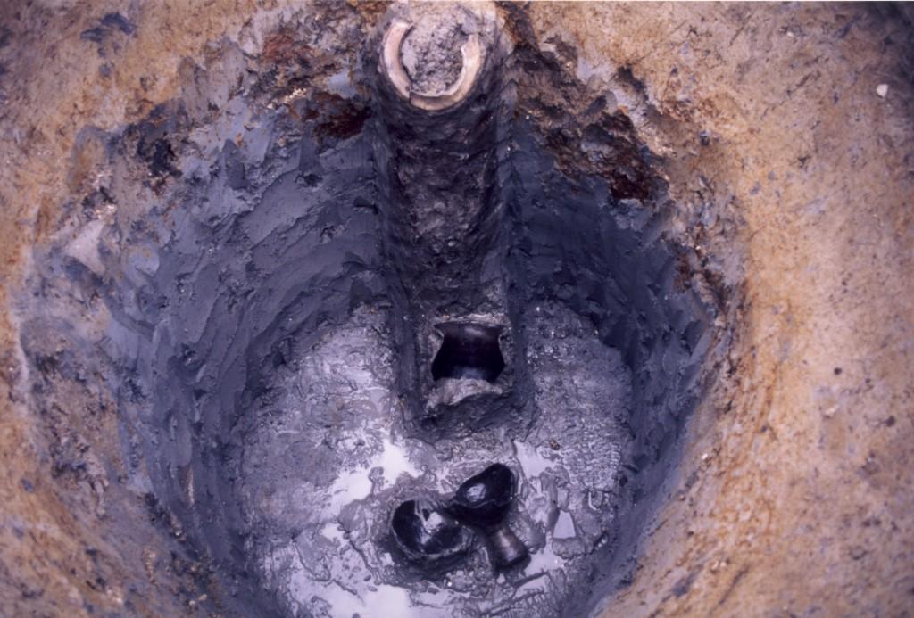 発掘された井戸と土器