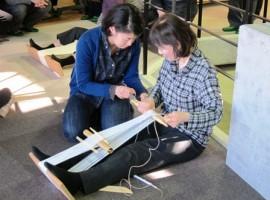 講座での機織り指導